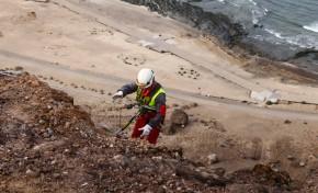 El Ayuntamiento cierra todos los accesos a El Confital hasta el jueves para retirar las piedras en riesgo de derrumbe