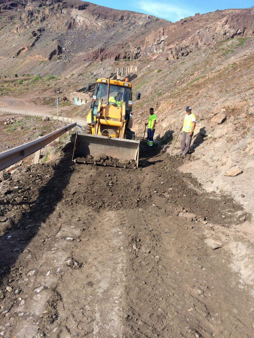 El Ayuntamiento mejora el estado de la carretera de acceso de El Confital
