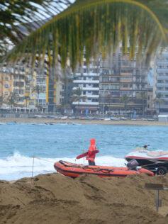 La imprudencia de bañarse con bandera roja causa el 80 % de los 133 ahogamientos que se han producido en Canarias en dos años