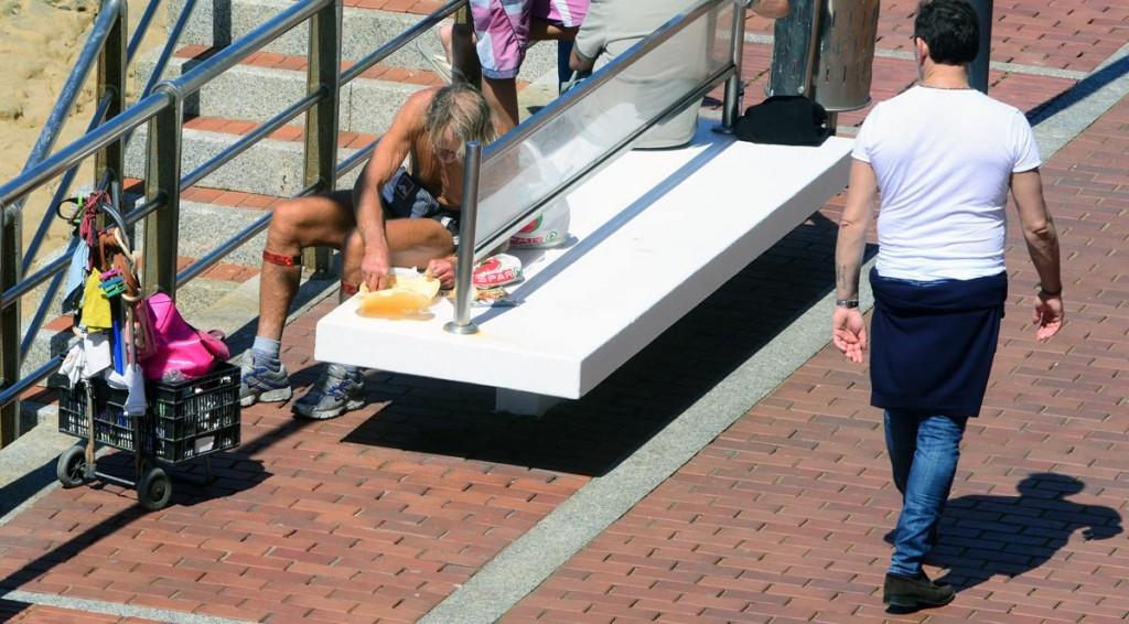 Comiendo basura en un banco del paseo