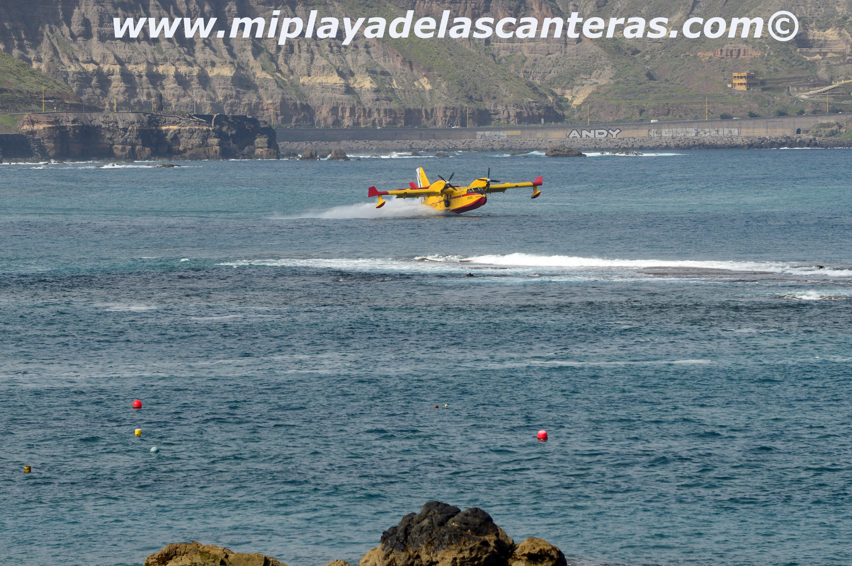 El hidroavión contra incendios se lleva un buche de agua salada de Las Canteras