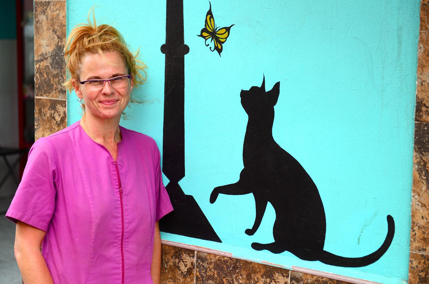 Carmen Uceda,  veterinaria » Si, soy partidaria de que el paseo de Las Canteras pueda ser disfrutado por los ciudadanos con sus perros, eso sí, siempre con correa»