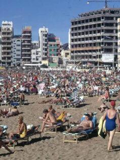 Años sesenta en la playa de Las Canteras