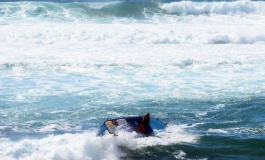 Barquillos en apuros en un día de grandes olas