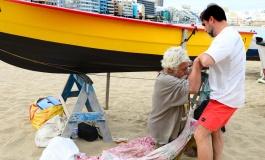 José, enfermo, vive bajo una barca en Las Canteras