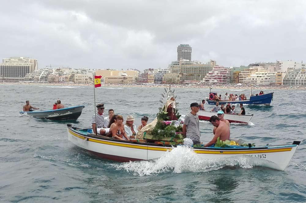 La Virgen del Carmen navegó por la Bahía de El Confital. Fotos