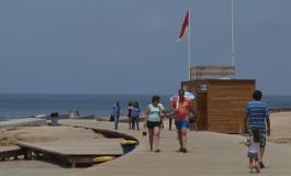 En El Confital ondeará unos días más la bandera roja de playa cerrada al baño