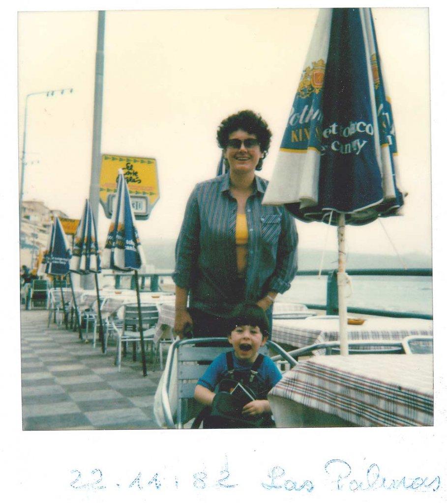 Christian y su madre en 1982