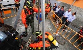 Los bomberos investigan una galería subterránea por el vertido de El Confital
