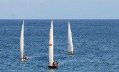 Expectación en Las Canteras con los barquillos de vela latina