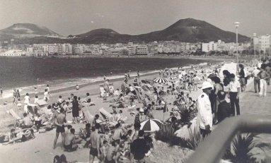 """La playa de Las Canteras en la hemeroteca """"La historia secreta del turismo"""""""