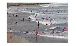 Surferos de la Cicer se organizan para acabar con el descontrol por tanta escuela de surf