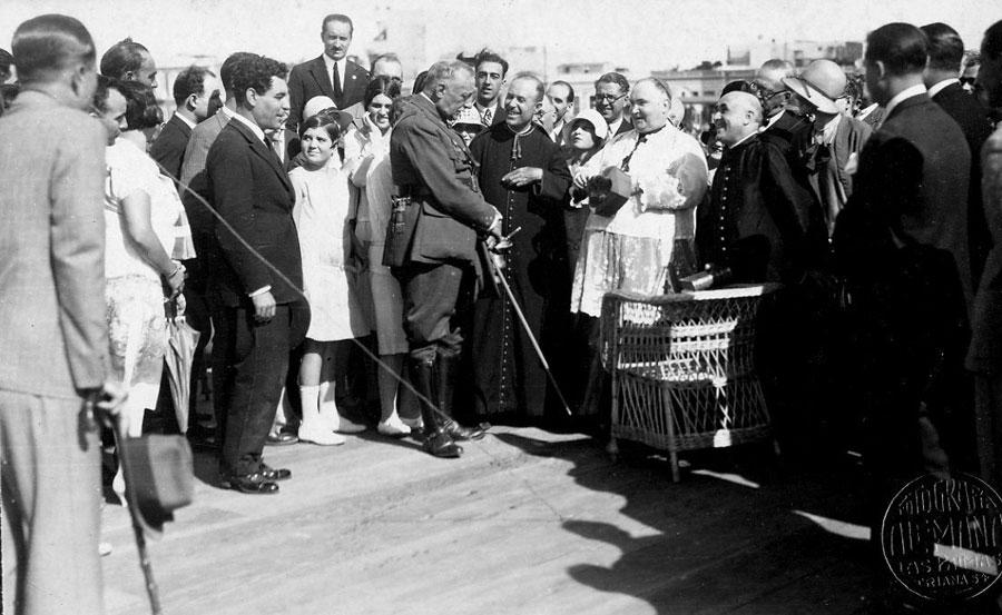 El Presidente del estado de España junto al obispo Miguel Serra y Sucarrats bendicen el club.