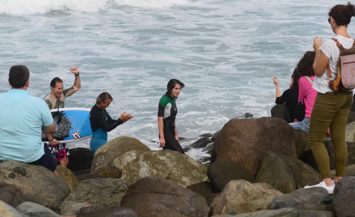 Stephanie, su joven viuda sale del agua tras surfear una ola en honor a su marido