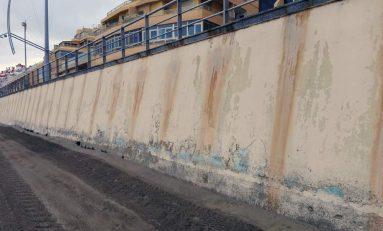 El acido corrosivo que cae sobre la playa