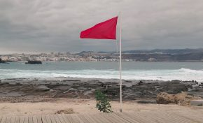 La playa de El Confital continuará cerrada al baño unos días más