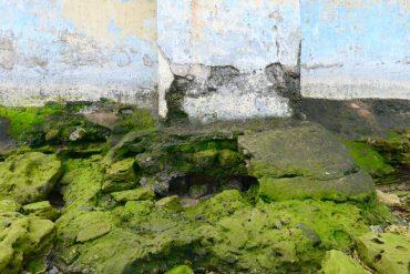 El embate de las olas perfora el contrafuerte del muro de la playa