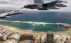 F-18 sobrevolando Las Canteras
