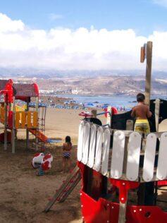 Nuevos aparatos para el parque infantil de la Playa Grande
