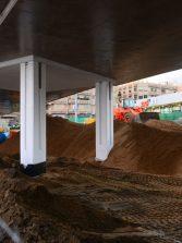 ¿Aguantará la arena que se está colocando bajo la pasarela?
