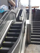 ¿Quién debería pagar la escalera mecánica de la pasarela?