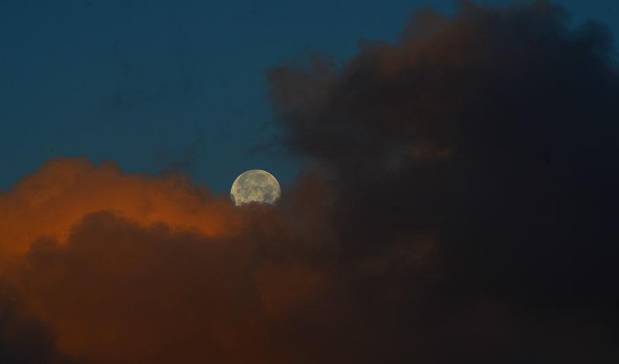 La luna amanece