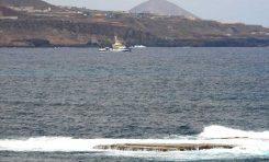 El buque oceanográfico Ángeles Alvariño navega en la bahía de El Confital