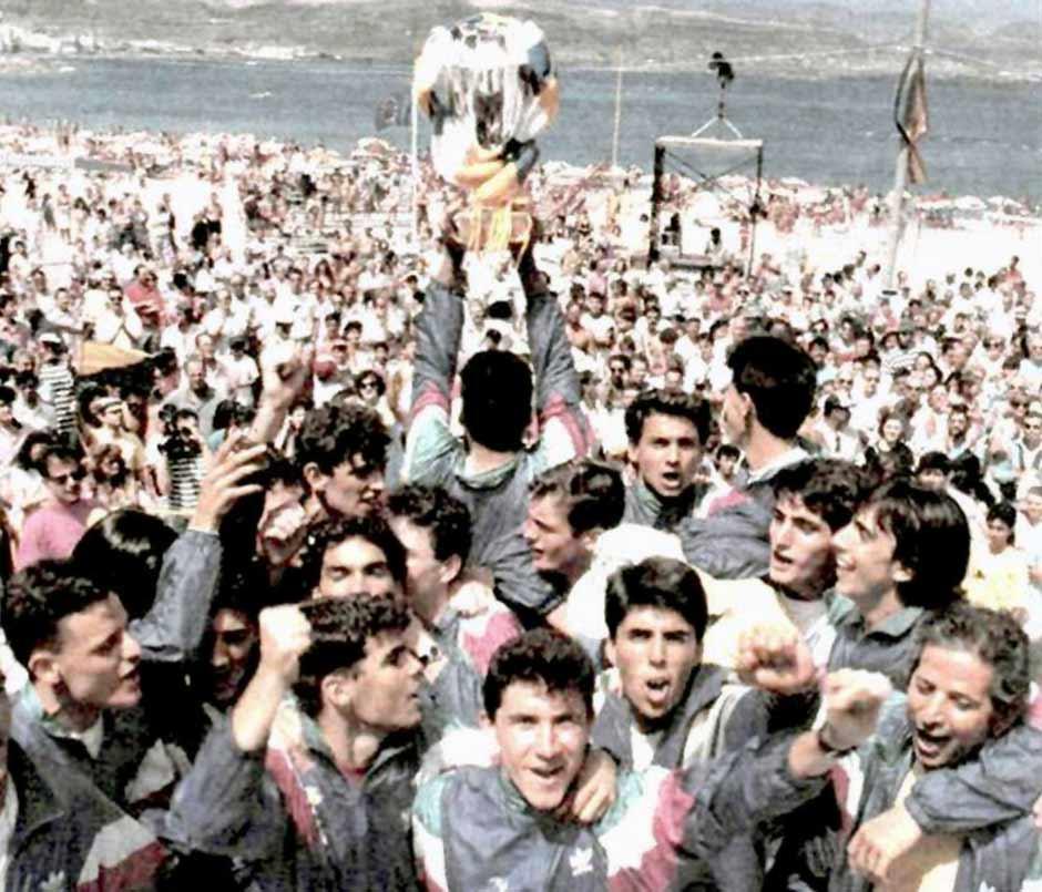 Los diablillos amarillos con su copa de campeones de España en Las Canteras