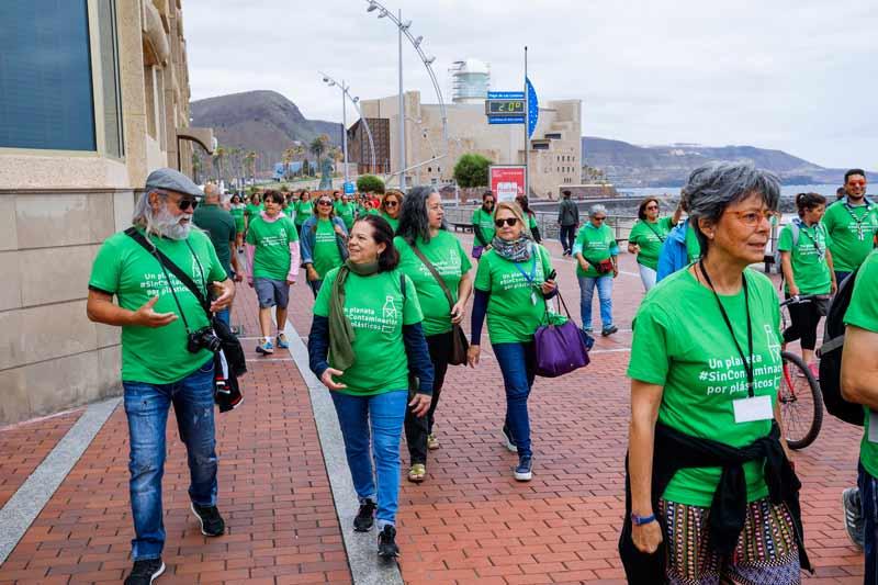 Un centenar de personas recorren Las Canteras diciendono a la plaga de los plásticos