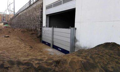 El local bajo la pasarela se blinda para evitar que lo invada la arena