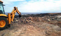 El Ayuntamiento retira 120 metros cúbicos de hormigón de las antiguas edificaciones en El Confital