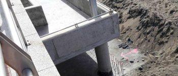 Se construye un muro para intentar evitar que entre la arena a los locales inferiores de la pasarela