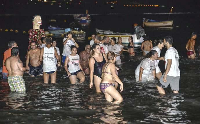El tradicional chapuzón de las Fiestas de La Naval congrega a numerosas personas en el entorno de La Puntilla