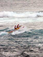 La moto de la Cruz Roja ataca una ola