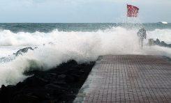 Las olas rugen este domingo en Las Canteras. Fotos