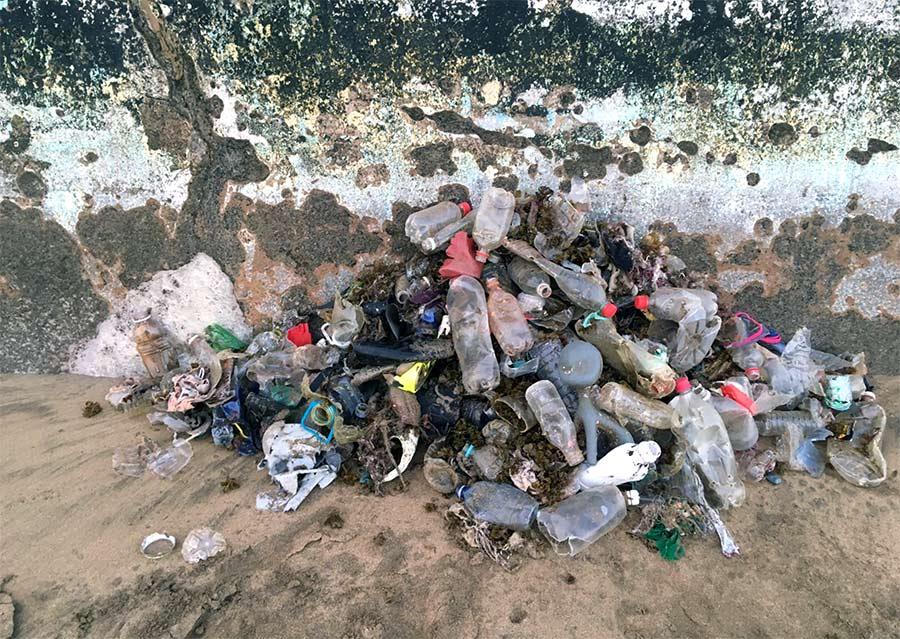 Varios player@s recogen una montaña de basura de Las Canteras