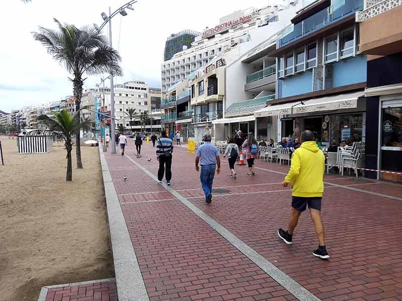 La alegría de caminar por el paseo sin mesas en el lado mar