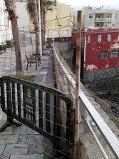 ¿ Son las vallas del paseo que une La Puntilla con El Confital  un monumento a la dejadez ?