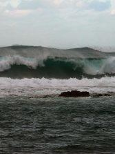 Las grandes olas invaden la bahía de El Confital