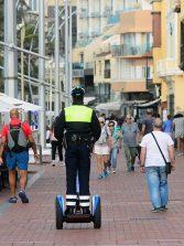 La unidad de la policía turística de Las Canteras bajo mínimos