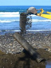 Se extraen tres tuberías de la playa de la Cicer, una de ellas con amianto