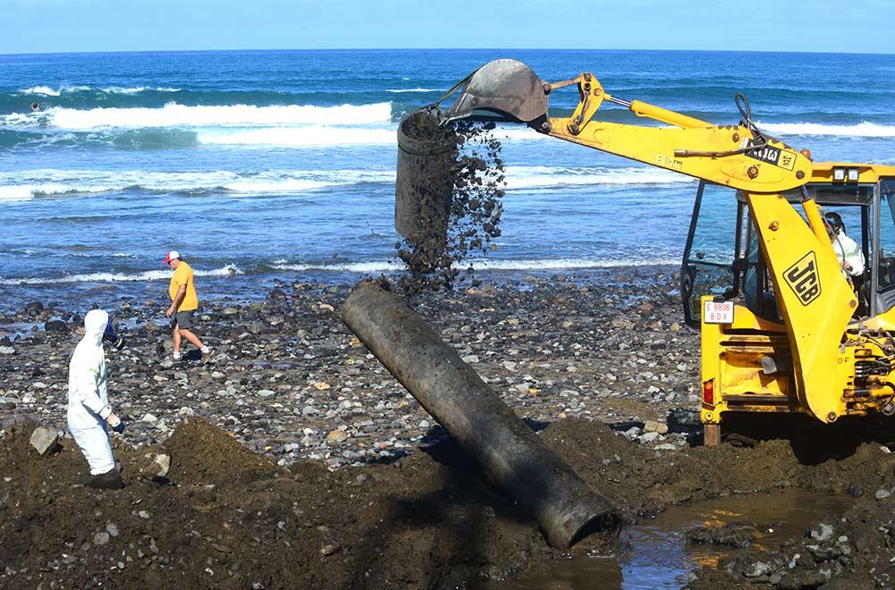 Resultado de imagen de Retiran viejas tuberías de amianto de la playa de Las Canteras