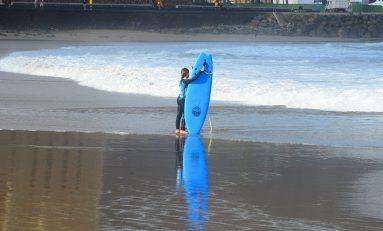 El descanso de la joven surfera