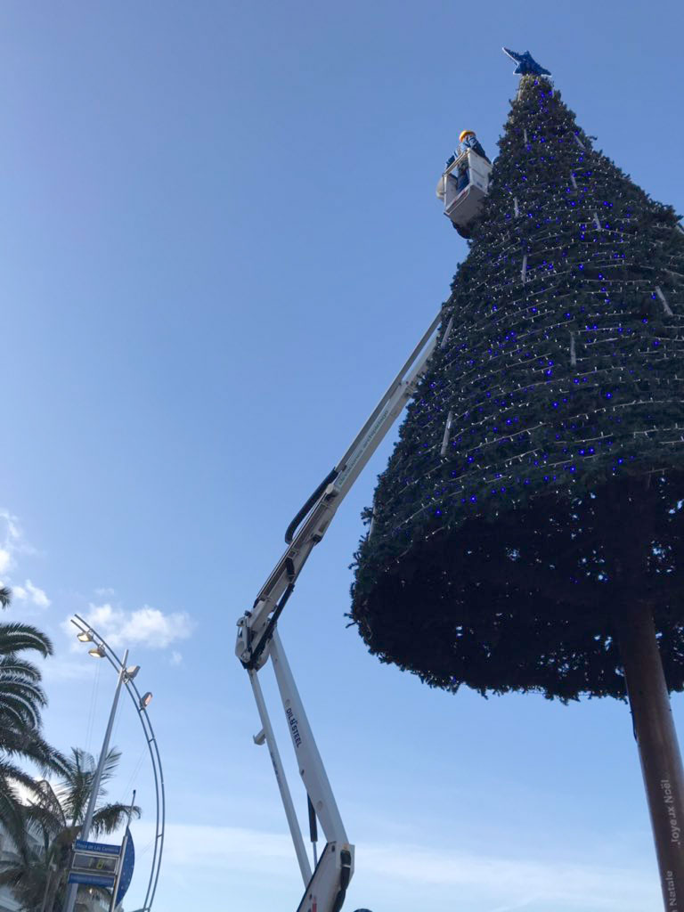 Ya brilla la estrella del árbol de Navidad de Las Canteras