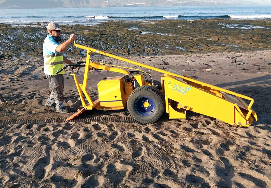 Con la criba de la arena Ciudad de Mar da por acabada la limpieza de choque en El Confital tras los arribazones de ramajes de finales de noviembre