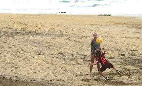 Lemes y su nieto entrenan la volea en Punta Brava