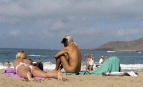 Las nuevas ordenanzas prohíben el nudismo en Las Canteras