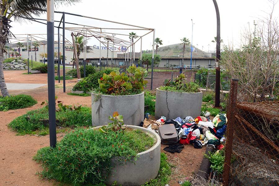 Basura y abandono en el parque deportivo del Lloret