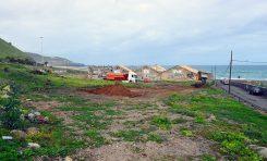 Un cementerio de coches junto al mar acaba con el sueño de un parque verde en El Rincón
