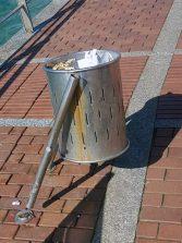 El vandalismo acaba con la enésima papelera de metal del paseo de Las Canteras